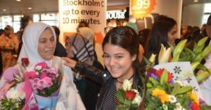 İsveç'te Hacılar Güllerle Karşılandı
