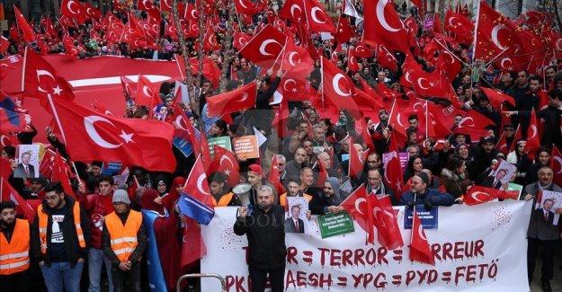 Avrupa'da 'Teröre Lanet Demokrasiye Davet' gösterisi