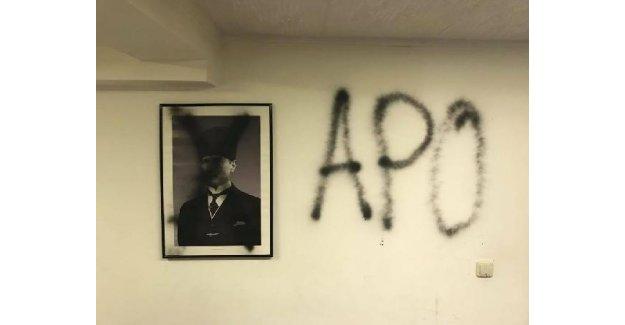 Münihte PKK'lılar Atatürk fotoğraflarını karaladı