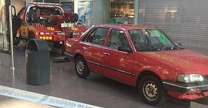 Soyguncu Skärholmen Centrum'a arabayla daldı