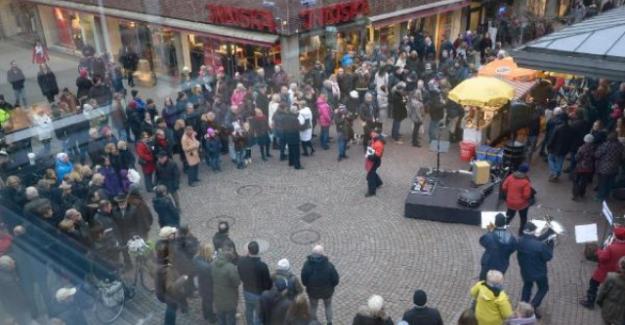 Yüzlerce İsveçli Dayanışma İçin Sosis Yedi