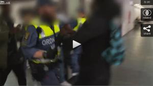 Stockholm'de güvenlik görevlisini böyle dövdüler....