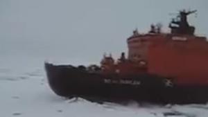 Rus gemisi buzlara sıkışan İsveç gemisinin yanından marşla geçti