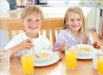 Amerikan Pediatri Akademisi, çocuklar için tehlikeli olabilecek yiyecekleri açıkladı. Akademi, bu gıda maddeleri ve tüketim miktarları konusunda anne-babaları uyardı. İşte çocuklar için sakıncalı olabilecek yiyecekler...