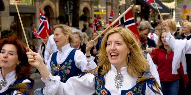 Yapılan bir araştırmaya göre, İsveç'te maaşların Norveç'e oranla daha düşük olması nedeniyle birçok insan iş için Norveç'e gidiyor.  Daha iyi maaş ve para kazanma hedefi olanlar için Norveç'te iyi kazandıran işlerin bir listesini sizler için derledik.  İsveç'teki maaşınız çok mu düşük?   Bazı meslekler için, Norveç'te çalışmak daha iyi bir maaş anlamına geliyor.  Yıllardır İsveç'ten komşu ülkelere giden birçok insan var. Bu insanların özellikle Norveç'teki maaşların daha cazip olması nedeniyle Norveç'i tercih ettiği biliniyor.  Peki Norveç'te hangi iş ne kadar kazanıyor? İşte o iş alanları...