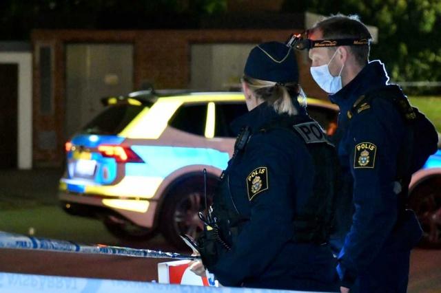 Polis kazaya karışan araçların saldırının yapıldığı yere çok yakın olması nedeniyle saldırıyla bağlantılı olabileceği şüphesi üzerinde duruyor.  Akşam saat 23'ten sonra silahlı saldırı olması nedeniyle polise ihbarda bulunuldu.