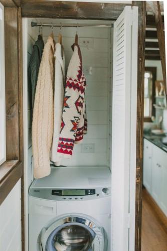 Çamaşır makinasının hemen üzerine askılı yapılmış değişik bir uygulama