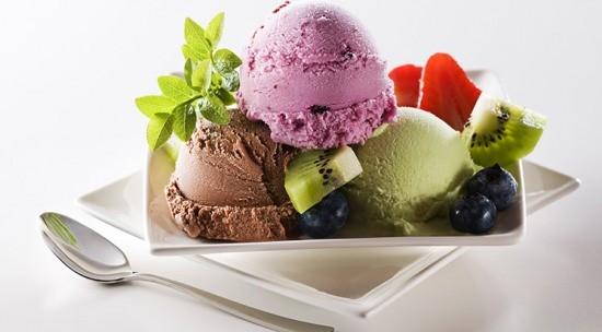TOKLUK VERİYOR  Hem mutlu etme hem de protein içeriğiyle tok kalmaya yardımcı olan dondurma diyet sürecini de kolaylaştırıyor. Bir top dondurma (40g) 85-100 kaloridir. Kilo kontrolü sağlamak isteyenler iki top dondurmayı geçmemeli. Diyette olanlar ise iki top dondurmayı bir bardak süt ve bir meyveye eş değer tutarak arada sırada bu besinlerin yerine dondurmaya yer verebiliyor.
