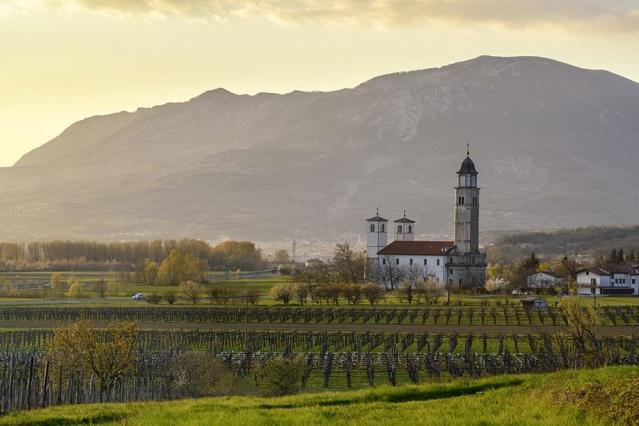 9. Vipava Vadisi, Slovenya  Ljubljana'nın hemen batısında, kuzey ve güneydeki sarp dağ yaylaları arasında Vipava Vadisi şarap bölgesi yatıyor. Toskana'ya en yakın düşünce için gotik kuleleri olan küçük pişmiş toprak çatılı köyler.  Şarap üretimi, maceracı şarap severlere uygun deneysel yönde eğilir. Vadiyi iki teker üzerinde keşfetmek en iyisidir - burada birçok üzüm bağları arasında sizi götürecek birçok yerel bisiklet turu bulunmaktadır.