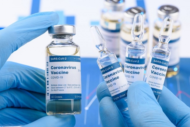 İngiliz bilim insanları dünya üzerinde 4 bin farklı Covid-19 türünün bulunduğunu ve farklı firmaların geliştirdiği aşıların karıştırılarak hastalıkla mücadele için etkisinin artırılmaya çalışıldığını açıkladı.  Farklı aşıların karıştırılması işleminin Afrika'da ortaya çıkan Ebola virüsüyle savaşta etkili olduğu daha önceden kanıtlanmıştı.  Araştırmalara göre mutasyona uğrayan Covid-19 virüsünün öndeki dönemlere göre daha hızlı yayıldığı ve İngiltere, Güney Afrika ve Brezilya'da da binlerce farklı türünün ortaya çıktığı kaydedildi.  İngiliz Aşı Uygulama Bakanı Nadhim Zahawi yaptığı açıklamada, şu anda geliştirilen aşıların koronavirüsün farklı türlerine yakalanan insanlarda etkili olmasının pek olası görünmediğini, özellikle de hastaneye yatırılan ve ağır hastalarda durumun daha kötü olduğunu dile getirdi.