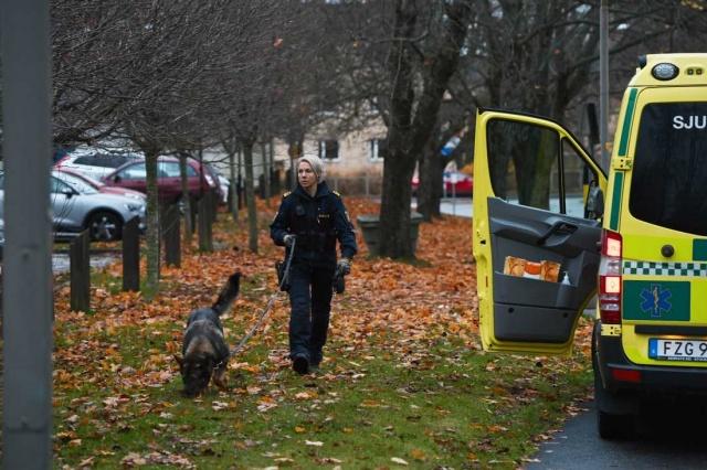 Başkent Stockholm'da başından vurulan bir kişi ağır yaralı olarak hastaneye kaldırıldı.  Edinilen bilgiye göre, adam bir mülkte başından vurulmuş halde bulundu.  Polis, olayla ilgili olarak bir kişiyi gözaltına aldı ve cinayete teşebbüsle ilgili ön soruşturma başlattı.  Stockholm polisi, bir mülkün içinde yaralı bir erkek bulduklarını ve olay yerinde olduklarını doğruladı, ancak saldırı olarak sınıflandırılan olay hakkında daha fazla bilgi vermek istemedi.