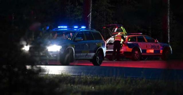 Pazar akşamı Södertälje dışında meydana gelen trafik kazasında bir genç kız hayatını kaybetti.  Üçü ağır yaralı dört genç kadın yaralandı.  Polis, kaza ile ilgili kaza sonucu başkasının ölümüne neden olma kapsamında soruşturma başlattı.  Pazar akşamı Södertälje dışında ciddi bir trafik kazası meydana geldi . Araba bir ağaca çarptı.