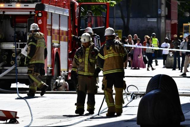 Stockholm'ün merkezindeki Åhléns City'nin dördüncü katında duman çıkması paniğe neden oldu.