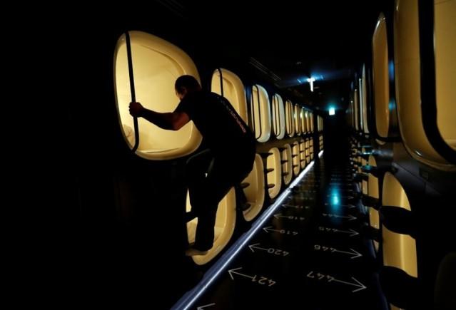 Pahalı ev kiraları ve otel fiyatları sebebiyle treni rötar yapan kişiler tarafından daha çok tercih edilen bu kabinlerde 9 saate kadar va kit geçirilebiliyor.