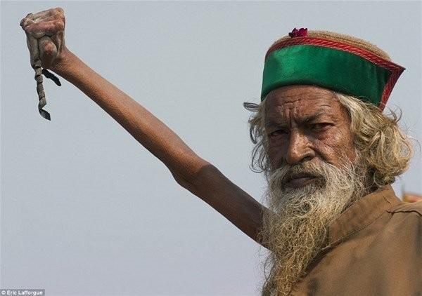 44 senedir çektiği tüm acıya ve kolundaki deformasyona rağmen kolu hala havada.Amar Brahti Ji, bunu yaparken iç huzuru bulduğunu söylüyor. Halk ise onu kutsal görüyor.