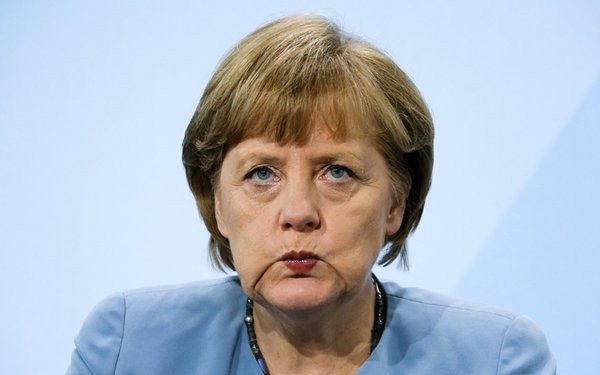 ALMANYA BU SÜREÇTE YALNIZ MI KALDI?  Müzakerelerin devamı noktasında görüş bildiren AB üyesi ülkelerin çokluğuna bakınca Almanya'nın bu talebinin karşılık bulmadığını görüyoruz, Almanya ile AB ülkelerinin çoğu son birkaç yıldır Türkiye'ye karşı ortak hareket edip, müzakerelerle tehdit ediyordu. Ama gelinen noktada Almanya bu konuda yalnız kaldı. AB Türkiye ile ipleri koparmanın krize yol açacağının farkında Almanya ise seçim refleksiyle iyice Türkiye paranoyasına girdi ve kendisini kaptırdı.