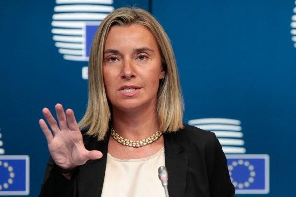 """AB'NİN TAVRI NE OLDU?  Merkel'e ilk yanıt AB adına Dış ilişkiler Yüksek Temsilcisi Mogherini'den geldi, Türkiye ile müzakerelerin devam ettiği vurgulandı. Daha sonra Avrupa Parlamentosu Başkanı Antonio Tajani, """"Türkiye'ye bu kapıyı kapatmamalıyız"""" yönünde bir açıklama yaptı."""