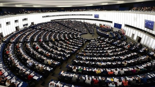 SADECE ALMANYA'NIN OYUYLA MÜZAKERELER DURDURULUR MU?  Türkiye ile katılım müzakerelerinin durdurulması için AB liderlerinin oybirliği ile karar alması gerekiyor. Bunun için önce Avrupa Komisyonunun bu yönde bir rapor hazırlaması lazım, rapor içinde üçte bir onay gerekiyor daha sonra da AB üyesi ülkelerin en az üçte ikisinin onay vermesi şartı aranıyor.