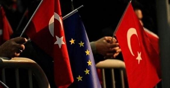 AB'NİN TÜRKİYE'DEN BEKLENTİLERİ NELER?  Mülteci krizi önemli bir durum bu konuda devam eden bir anlaşma var ve AB taahhüt ettiği şartları yerine getirmedi ama buna rağmen anlaşma devam ediyor. Avrupalı liderlerin çoğu da bu duruma dikkat çekiyor, mülteci sorunundan dolayı Türkiye ile çalışmak zorunda olduklarını vurguluyorlar. Türkiye'nin Rusya ile yakınlaşması, Türkiye'nin NATO'daki rolü, Ortadoğu'daki pozisyonu gibi bir çok konu AB için Türkiye'yi önemli bir ortak kılıyor.
