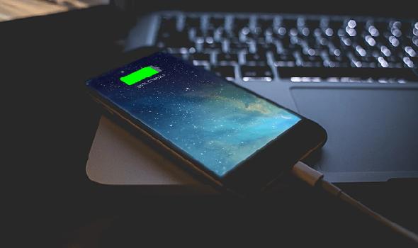 Telefonunuzu gece şarja takıp bırakıyorsanız tehlikesi var mı? Telefonunuza neler oluyor? Telefon şarj olurken kullanmak cihazınızı patlatır mı? Mutlaka okuyun!