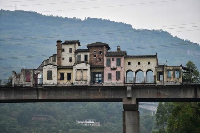 Diğer köprülerden bir hayli farklı olan bu köprünün üzerine özel yapılar inşa edilmiş.