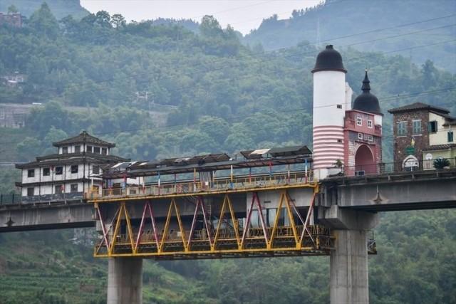 Çin'in Çongçing kentinde bulunan 400 metre uzunluğundaki köprü üzerine inşa edilmiş olan farklı mimarideki yapılar turistlerin ilgisini çekiyor.