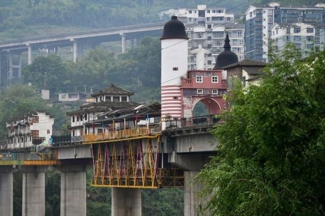 Birçok yönüyle dünyayı şaşırtan Çin bu sefer farklı köprü tasarımıyla görenleri şaşkına çevirmeyi başardı.