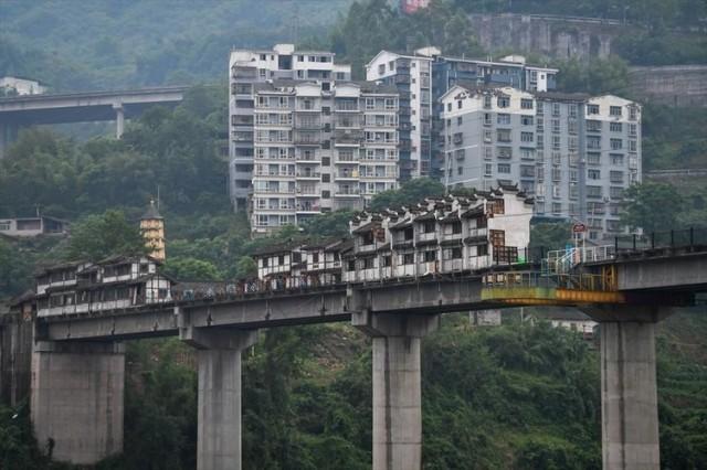 Çin'de inşa edilen bu ilginç köprü görünümüyle bir hayli ilgi ve turist çekmeyi başarıyor.