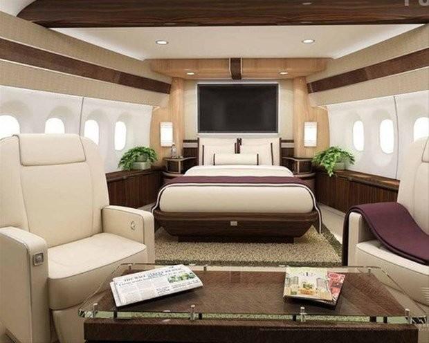 Hong Konglu işadamı, uçağa fazladan abartılı eklemeler yaptığı için uçakta az koltuk bulunuyor. Uçağın orijinalinde ise 467 yolcu koltuğu bulunuyor.