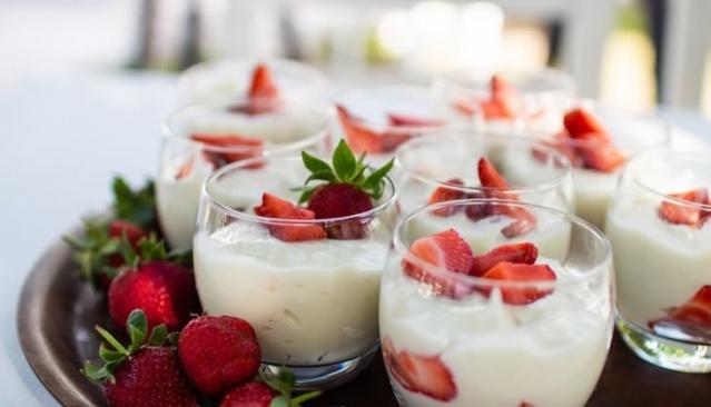 Magnolia  Bir porsiyon için  2 su bardağı süt 1 yemek kaşığı buğday nişastası 1 yemek kaşığı tam buğday unu 5-6 adet petibör bisküvi Çilek, şeftali veya muz  Süt, nişasta ve tam buğday ununu çırpın ve karıştırarak muhallebi kıvamı almasını sağlayın. Bir kasenin dibine ufaladığımız bisküvilerin bir kısmını koyun, üzerine pişirdiğiniz muhallebiyi ilave edin ve kalan bisküvileri ekleyin. Çilek, şeftali veya muz ile süsleyin.