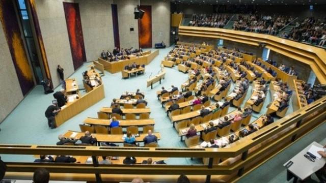 HOLLANDA'NIN SKANDAL KARARI  Hollanda parlamentosu Ermeni iddialarını tanıyan tasarıyı kabul etti. Peki skandal kararın arkasında neler var? Türkiye'ye karşı düşmanca adım atmaya devam eden Hollanda yakın geçmişte Türkiye'ye hangi saldırıları yapmıştı, Avrupa'nın göbeğindeki hangi soykırımda Hollandalıların da parmağı vardı, Taha Dağlı sabah.com.tr için yanıtladı.
