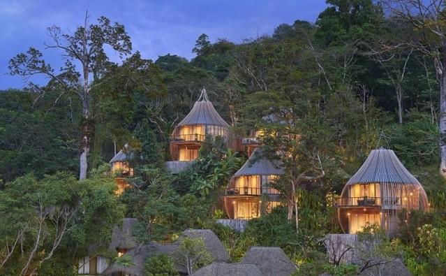 Son dönemlerde tatilciler seyahatlerinde sıra dışı deneyimler yaşamanın peşinden koşuyor. Kimileri seçtikleri maceralı destinasyonlarla bu deneyimi yaşarken, kimileri ise yaptıkları ilginç aktivitelerle tatillerini farklı bir hale getiriyor. Son dönemlerde dünyada farklı konseptte hizmet veren oteller de seyahatseverlerin ilgisini çekiyor. Bunlardan biri de ağaç evlerden oluşan oteller. Hotels.com yaptığı araştırma ile dünyanın en iyi ağaç otellerini seçti. Ayrıca araştırma sonunda ağaç evlere olan talebin geçen yıla oranla yaklaşık %30 artış yaşandığı ifade edildi. İşte birbirinden güzel bu oteller…