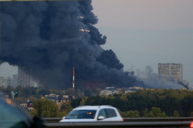 """Rusya'nın başkenti Moskova'da """"Sindika Alışveriş Merkezi""""nde yangın çıkması üzerine yaklaşık 3 bin kişi tahliye edildi."""