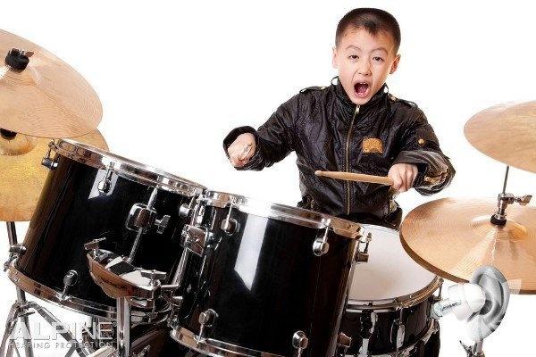 Müzik   Çocuğunuzu trombon çalarken dinlemek her zaman zevkli bir deneyim olmayabilir ama müzik eğitimi sağ beyin gelişimini desteklemek için eğlenceli bir yoldur. Toronto Üniversitesi araştırmacılarının yaptığı bir çalışmaya göre, organize müzik dersleri çocukların IQ ve akademik performansını yükseltiyor.  Üstelik seneler geçtikçe ve alınan dersler arttıkça etki daha da büyüyor. Çalışmada müzik dersleri almanın lisede daha yüksek notlar ve yetişkinlikte daha yüksek IQ'ya sebep olduğu açıkça belirtiliyor.