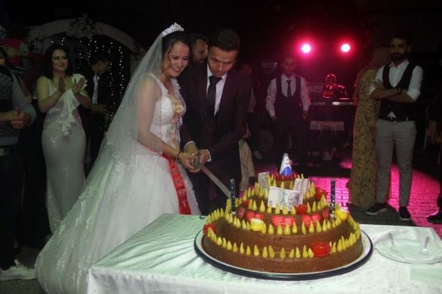 Muğla'nın Seydikemer ilçesinde düğünlerinin unutulmaz olmasını isteyen gelin ve damat pasta yerine çiğ köfte kesti. İlginç görüntülere sahne olan pasta kesim merasimi sonrası çiğ köfte davetlilere ikram edildi.