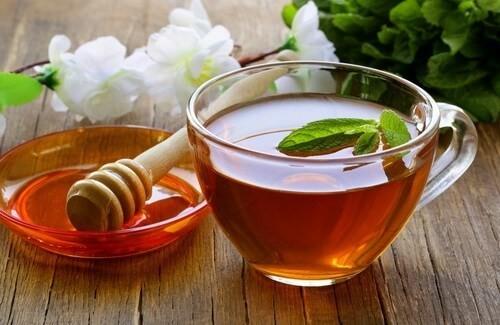 SAĞLIKLI BEYİN İÇİN YEŞİL ÇAY VE BAL   Yeşil çay yalnızca sizi yaşlanmaya karşı korumaz ayrıca zihinsel fonksiyonlarınızın gelişip, zekanızın artmasına da yol açar. Yeşil çayı balla içerseniz hem lezzetini artırmış, hemde beyin sağlığınız için gerekli vitaminleri almış olursunuz.