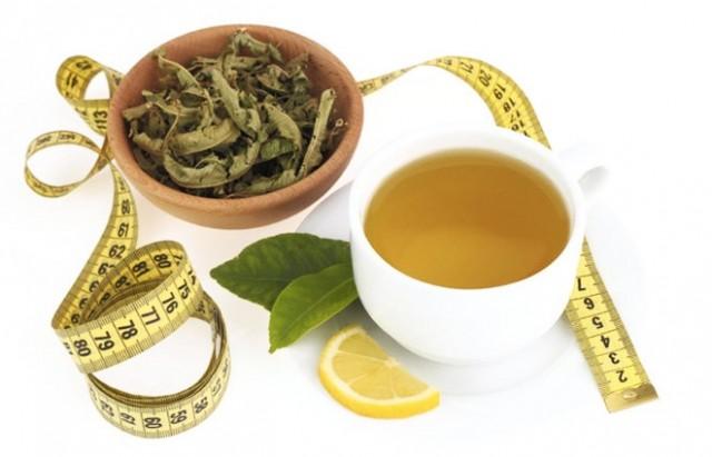 KİLO KAYBI   Buradaki fayda iki yönlüdür: Yeşil çay yalnızca metabolizma hızınızı artırarak kilo vermenize destek olmakla kalmaz aynı zamanda diğer şekerli içecekler yerine bu içeceği tercih etmek kalori alımınızı azaltarak kilo kaybına yardımcı olmaktadır.