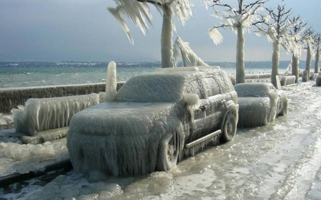 Soğukların buz kestiği dünyanın bazı kesimlerinde arabalar kış sanatına dönercesine buz tuttular.