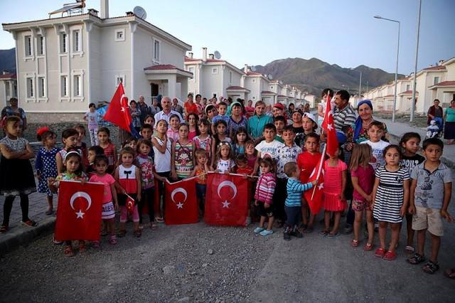 """Org ve zurna eşliğinde müziklerle halaylar çekip, oyunlar oynayan aralarında kadın ve çocukların da bulunduğu Ahıska Türkleri, """"vatandaşlık müjdesi"""" almanın sevincini yaşadılar."""