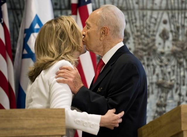 DAVOS'TAN BUGÜNE NELER YAŞANDI?  2009'daki Davos çıkışının ardından 2010'da İsrail Mavi Marmara katliamını yaptı ve Türkiye, İsrail ile ilişkilerini dondurdu. 2011'e gelindiğinde Arap baharı başladı, önce Tunus ardından Mısır, Libya, Yemen ve Suriye'de şiddet olayları patlak verdi, bugün dünyadaki bütün krizler neredeyse Suriye odaklı bir hale gelmiş durumda. Tabi Davos sonrası Türkiye'yi de direk ilgilendiren süreçler oldu, 2013'teki Gezi kalkışması, 17 Aralık darbe girişimi, Türkiye'deki terör saldırıları ve 15 Temmuz.