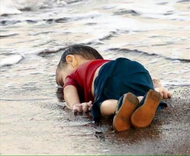 3 yaşındaki Aylan'ın kıyıya vuran cansız bedeni Türkiye ve dünyayı gözyaşlarına boğdu.