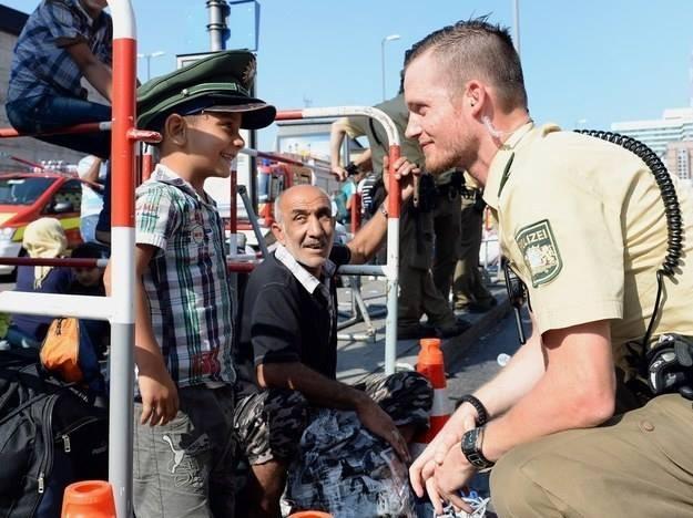 Şapkasını küçük bir çocuğun takmasına izin veren Münih polisi