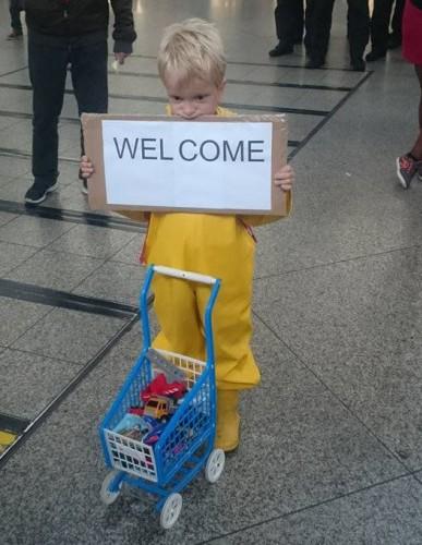 Münih'te bir istasyonda, oyuncaklarını paylaşmak isteyen bu çocuk...
