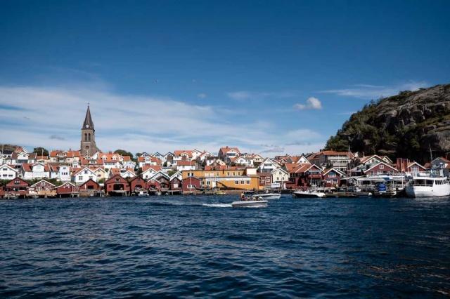 Uzun zamandır Norveçli turistleri bekleyen İsveçli komşular, koronavirüs nedeniyle yaşanan sıkıntılardan şikayeti.  Norveçlilerin tatil için kuzeyde en çok tercih ettiği noktalardan biri olan Fjällbacka, uzun zamandır Norveçli turistleri ağırlayamıyor.