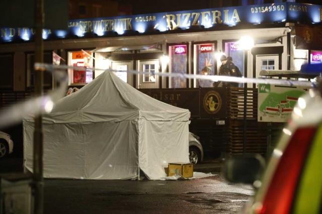 İsveç'in Göteborg şehrinde bir pizza restoran önünde iki kişinin silahlı saldırı sonucu vurulduğu belirtildi.