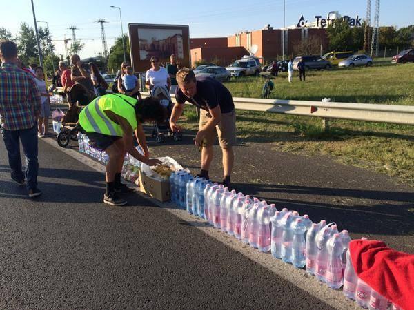 Ve yine yol güzergahında onlara su vermek için bekleyen gönüllüler