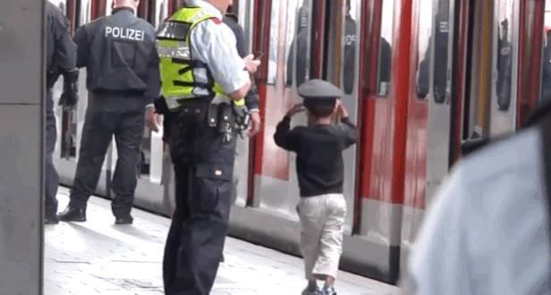 Yine bir polisin şapkasını takmış bir minik..