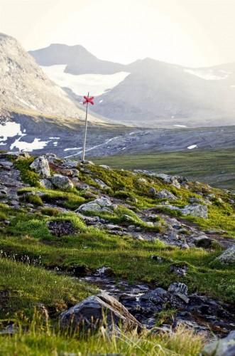 1. Kebnekaise – topptur Nerede: Kiruna Bölgesinde Uzunluğu: 24 km.  Neden bu parkur? İsveç'in en yüksek dağına yaslanan bir özelliği vardır. 1907 yılında hazırlanmış bu yürüyüş parkuru İsveç'in en iyi yürüyüş parkurudur.