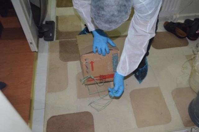 Polis, Aynur T'nin ilk gömüldüğü evin bahçesinde yaptığı çalışmada da cesede ait bazı kemik parçaları ve tarak buldu.