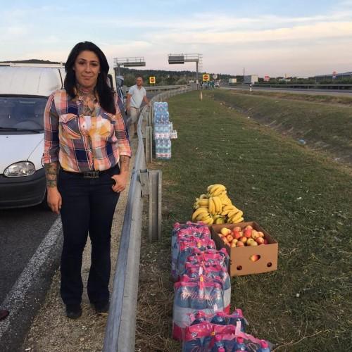 Kameraman çelme taksa da; Otoyol üzerinde, yürüyerek Avusturya'ya gitmeye çalışan mültecileri bekleyen Macarlar, onlara yiyecek dağıtmak için oradalar...